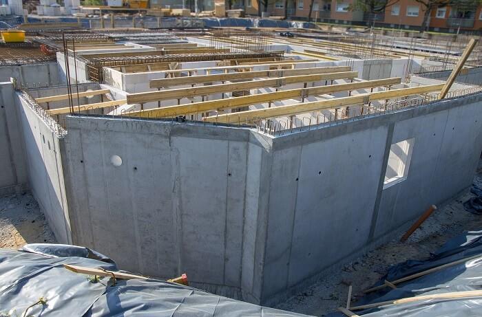 Großbaustelle mit einer Kellerkonstruktion für einen mehrteiligen Gebäudekomplex