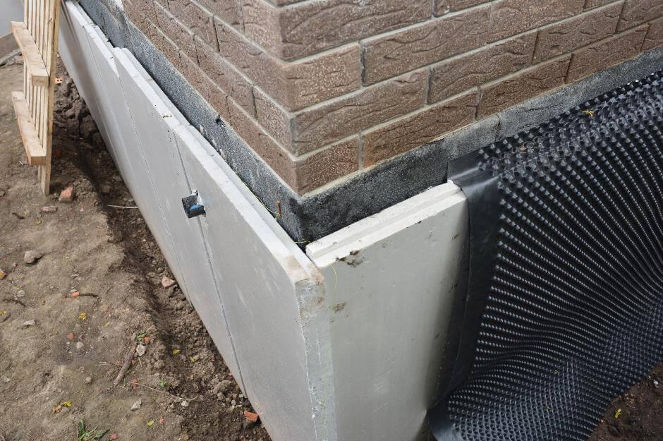 Isolierung und Abdichtung gegen eindringendes Wasser am Gebäudeeck