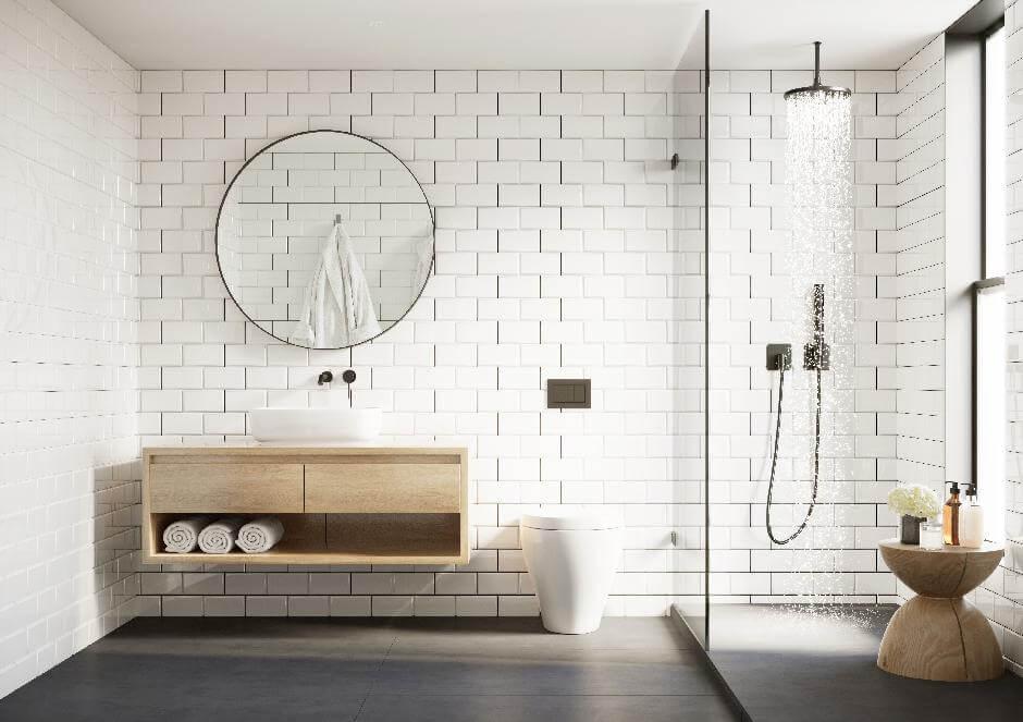 Modernes Badezimmer mit weißen Fliesen, Regendusche mit Spritzschutzscheibe und rundem Spiegel